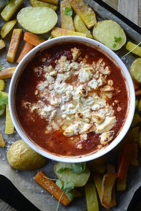 Broilerista tulee ihanan mehevää, kun se muhii uunissa tomaattikastikkeessa.