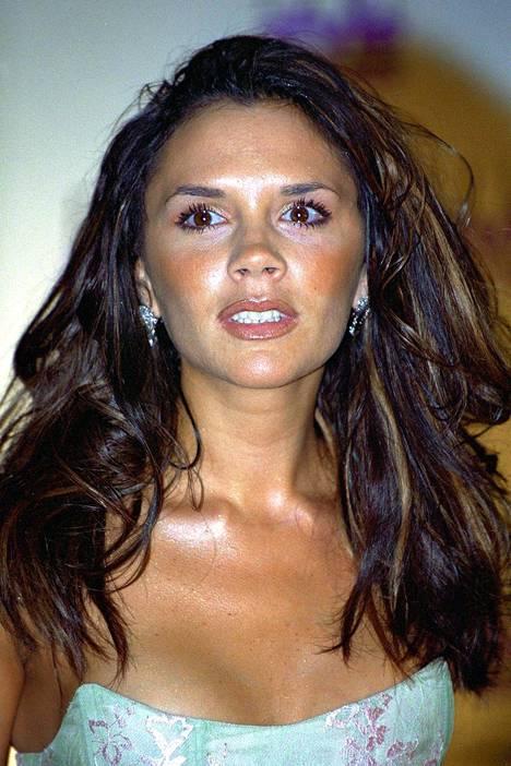 Victoria Beckhamin tyyli on kokenut 20 vuodessa melkoisen muutoksen. Vaaleat raidat tekivät tummasta tukasta trendikkään vuonna 2000.