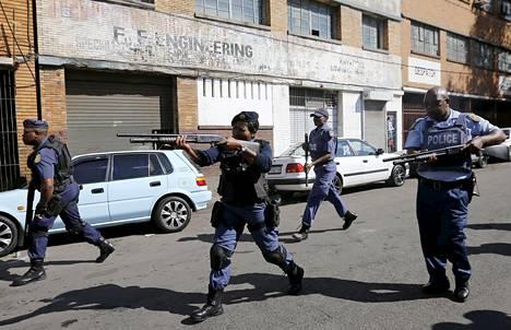 Poliisi joutui perjantaina taltuttamaan ulkomaalaisten kauppoja ja autoja polttelevan väkijoukon kumiluodeilla.