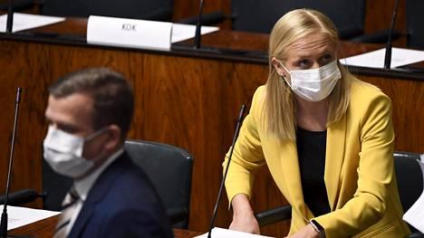 Kokoomuksen puheenjohtaja Petteri Orpo (vas) ja kansanedustaja Elina Valtonen eivät pääse äänestämään elvytyspaketista vielä tänään. Kokoomus ilmoitti aiemmin äänestävänsä tyhjää, mutta pyörsi päätöksensä myöhemmin. Osa kokoomuslaisista äänestää pakettia vastaan, mutta suurin osa todennäköisesti puolesta.