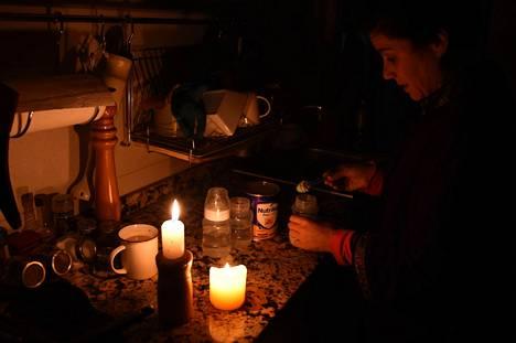 Nainen valmistelee maitopulloa vauvalleen kotonaan Uruguayn pääkaupungissa Montevideossa sunnuntaina.