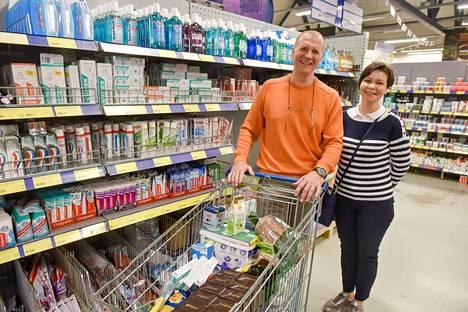 Irina ja Sergei Jefremov esittelevät Suomi-ostoksiaan. Yksi ehdoton on inkiväärihillo, jota on vaikeampi löytää Pietarista.