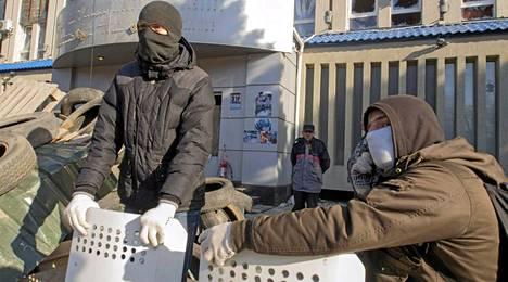 Naamioiutuneet Venäjä-mieliset aktivistit vartioivat Ukrainan turvallisuuspalvelun rakennusta Luhanskissa.