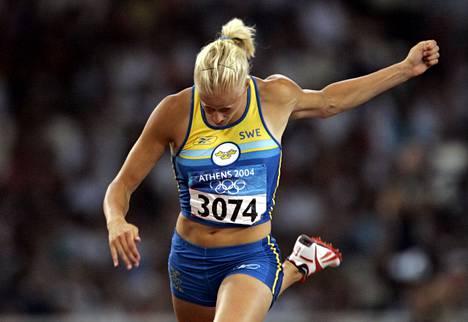 Carolina Klüft nappasi uransa ainoan olympiakullan Ateenassa 2004.