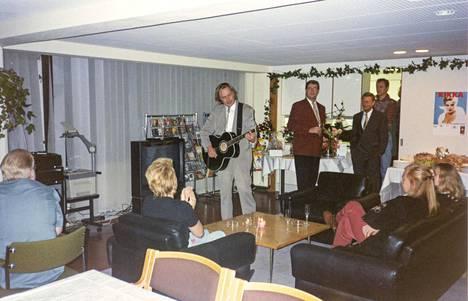 Kari Tapio esiintyi Kikan 30-vuotisjuhlissa levy-yhtiön tiloissa.