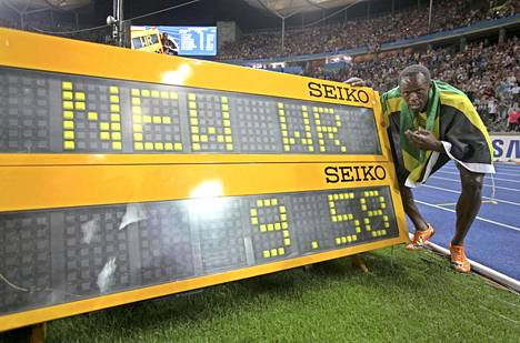 Usain Bolt poseerasi ajanottotaulun vieressä Berliinin olympiastadionilla 2009. Lukemat 9,58 ovat edelleen voimassa oleva satasen maailmanennätys.