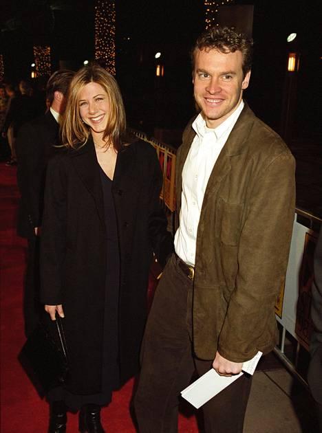 Aniston oli 1990-luvulla kihloissa Tate Donovanin kanssa. Pari nähtiin rakastavaisina myös Frendeissä.