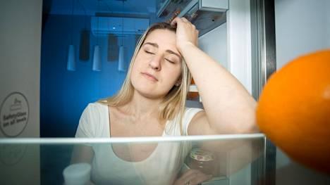 Väsyneenä käsi tarttuu appelsiinin sijasta herkemmin herkkuihin.