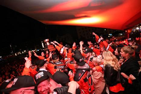 HPK:n pelaajat juhlivat fanien edessä.