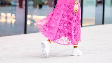 Vaikka lenkkarit ovat arkiset ja rennot, sopivat ne myös mekon pariksi.