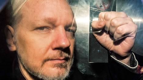 Julian Assange kuvattuna vankikuljetusautossa Lontoossa 1. toukokuuta.
