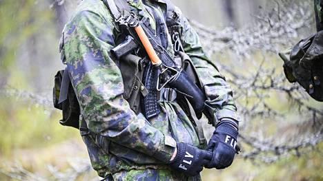 Rynnäkkökivääri sotilaan käytössä Northern Forest 21 sotaharjoituksessa Rovajärven ampuma-alueella Rovaniemellä 21. toukokuuta 2021.