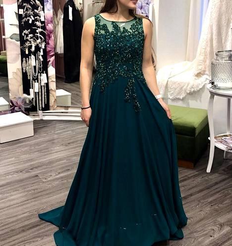 Ida Mannosen mekko on smaragdinvihreä.