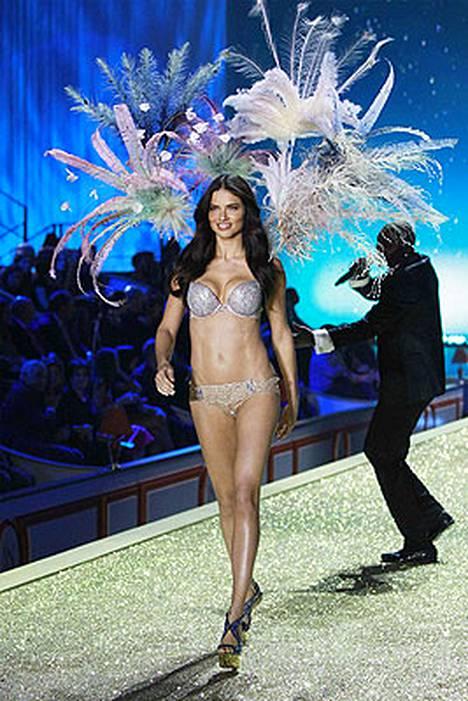 Adriana Lima pukeutui rintaliiveihin, joissa oli 2 miljoonan dollarin edestä jalokiviä.
