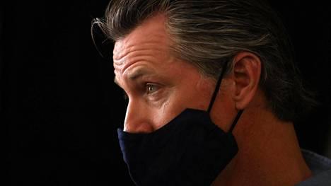 Kalifornian kurvernööri Gavin Newsom määräsi Kaliforniaa ottamaan rajoituksia uudelleen käyttöön maanantaista alkaen.