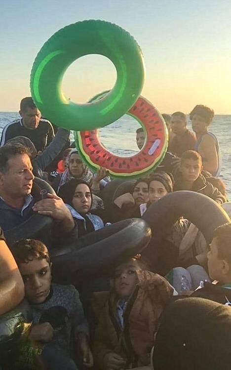 Kuva syyskuulta 2018, jolloin perhe onnistui pääsemään useiden muiden kanssa salakuljettajien kyydissä Turkista Leroksen saarelle Kreikkaan.