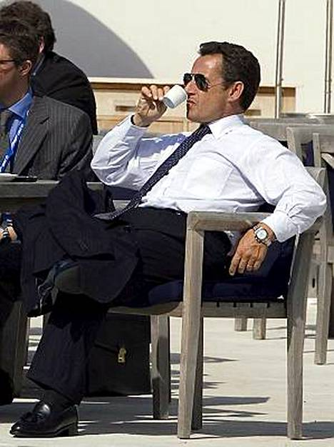 Nicolas Sarkozy siemailee espressoa, alkoholi sen sijaan ei tuoreelle presidentille maistu.