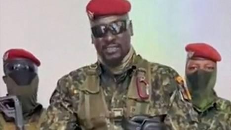 Armeijalähteen uutistoimisto AFP:lle välittämä ruutukaappaus komentaja Doumbouyasta puhumassa guinealaisille  5. syyskuuta.