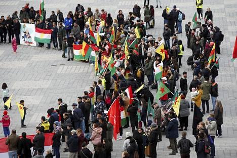Helsingissä järjestettiin 10. lokakuuta mielenosoitus, jolla vastustettiin Turkin hyökkäystä Pohjois-Syyrian kurdialueille.