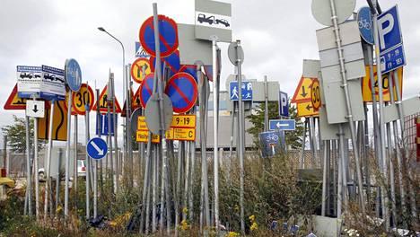 Pelkästään pääkaupungissa vaihdetaan arviolta noin satatuhatta liikennemerkkiä. Kuvassa liikennemerkkien varasto Helsingin Hernesaaressa 2008.