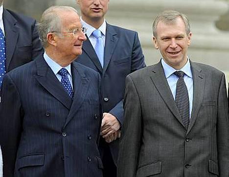 Belgian kuningas Albert II (vas) ei hyväksy pääministeri Yves Letermen eropyyntöä.