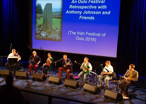 Brent Cassidy (kolmas oikealta) on Irish Festival of Oulu -tapahtuman perustaja ja isäntä.