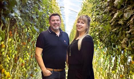Börje Ivars tyttärensä Jenniferin kanssa kannustaa rohkeasti kokeilemaan tomaattia eri käyttötarkoituksissa.