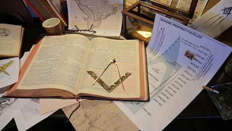 Vapaamuurariliikkeen historiaan pureudutaan Koodeja ja salaliittoteorioita -uutuussarjan avausjaksossa (to 26.2. Kutonen klo 21.00).