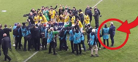 Apuvalmentaja Keith Armstrong seurasi sivusta, kun KuPSin kultajoukkueesta otettiin mestaruuskuvia.