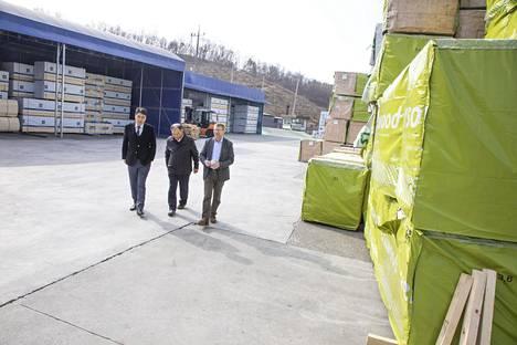 Korealaissahan varastokentällä on lautatavaraa eri puolilta maailmaa. Jos Versowoodin vihreään muoviin kääritystä lautanippusta ei olisi tehty kauppoja, sen tilalla olisi ehkä Ruotsin puuta.