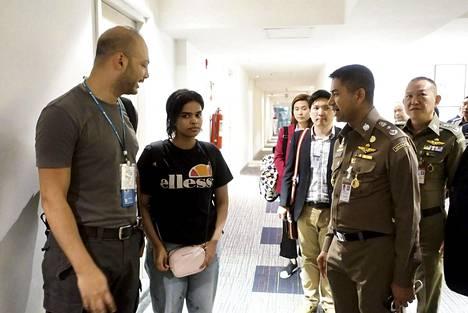 Al-Qunun kuvattiin lentokenttähotellin käytävällä Thaimaan maahantuloviranomaisten sekä YK:n edustajien seurassa maanantaina Bangkokissa.