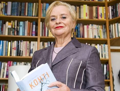 Tuula Isoniemi jäi eläkkeelle Otavan tiedostuspäällikön työstä. Kuvaan hän valitsi Juha Itkosen kirjan Kohti.