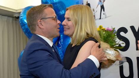 Kokoomuksen puheenjohtaja Petteri Orpo saa onnittelut vaimoltaan vaalivalvojaisissa puoluetoimistossa Helsingissä.