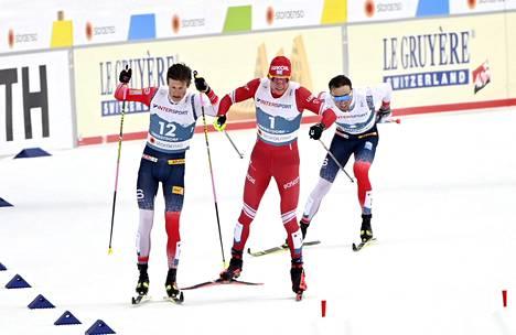 Johannes Hösflot Kläbo (vas.) ja Aleksandr Bolshunov (keskellä) kolaroivat loppusuoralla, ja Emil Ilversen nousi taustalta yllätysvoittajaksi 50 kilometrillä.