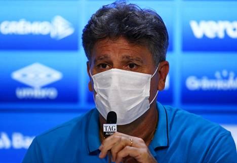 Gremion valmentaja Renato Portaluppi piti kasvoillaan maskia ottelun pressitilaisuudessa.