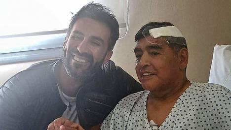 Diego Maradona leikattiin marraskuun alussa. Kuvassa Maradona ja hänen vasemmallaan Leopoldo Luque.
