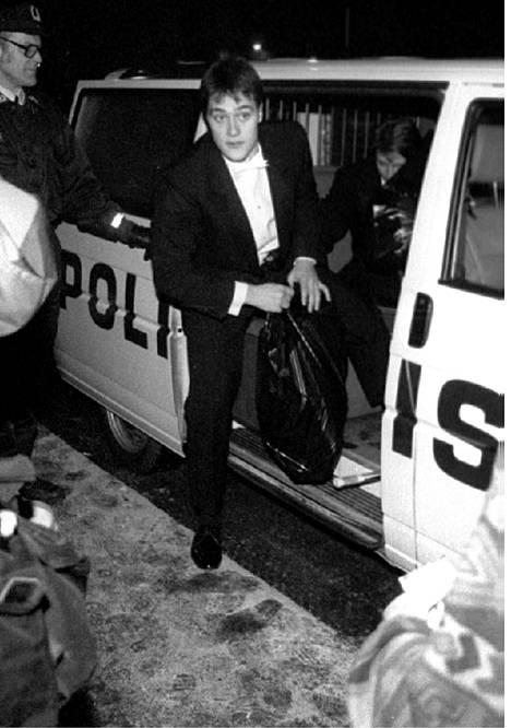 Vuonna 1994: Teemu Selänne ja Jari Kurri kiidätettiin Kuopiossa heti ottelun jälkeen poliisiautossa lentokentälle, jotta he ehtisivät itsenäisyyspäivän vastaanotolle Presidentinlinnaan.