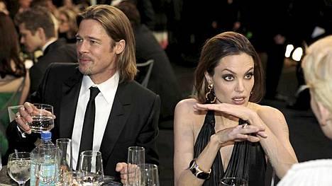 Brad Pitt ja Angelina Jolie joutuvat joskus turvautumaan kepulikonsteihin saadakseen kaikki kuusi lastaan hereille.