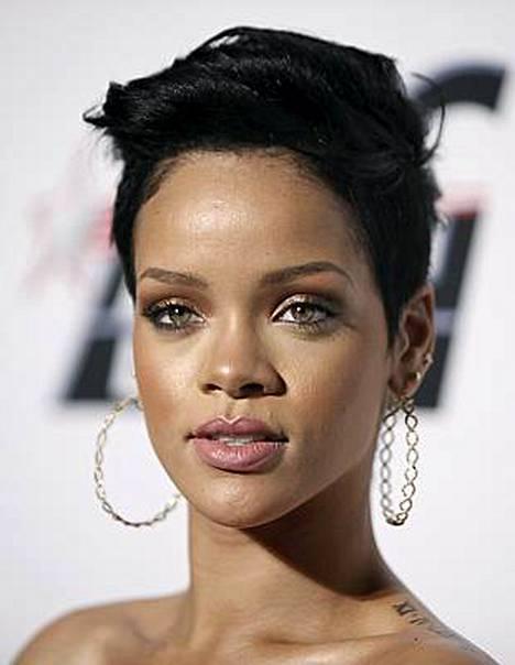 Rihanna on ottanut etäisyyttä Chris Browniin.