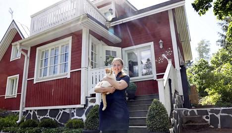 Hanna Chaker lämmittää Espoossa sijaitsevan omakotitalonsa öljyllä.