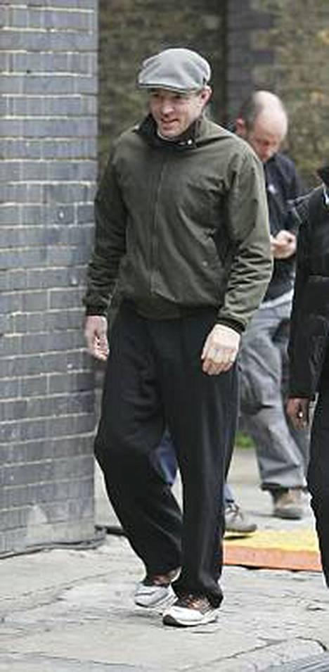 Guy Ritchie sen sijaan näyttääkin toipuvan paremmin. Mies kuljeskeli elokuvansa kuvauspaikalla itäisessä Lontoossa rennolla ja iloisella mielellä.