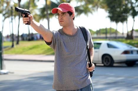 Andrew Cunanan (Darren Criss) vaani Versacea tämän huvilan ulkopuolella.