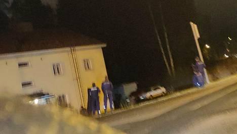 Silminnäkijöiden mukaan alueella oli runsaasti poliiseja.
