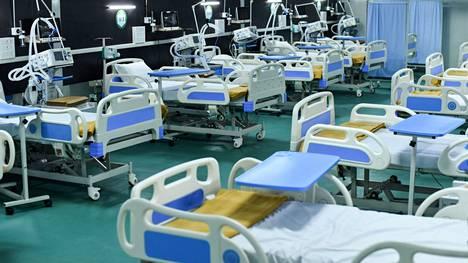 Deltavariantin on havaittu aiheuttavan rokottamattomille useammin sairaalahoidon tarvetta. Intian Guwahatissa Indira Gandhi -stadionille perustettu 300-paikkainen väliaikainen koronasairaala valmistautui potilaiden tuloon.