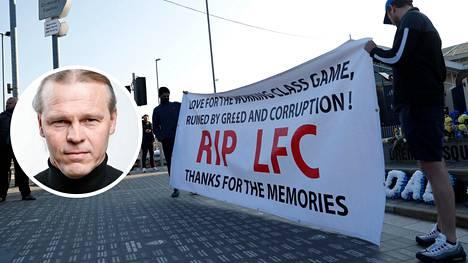 Marko Rajamäki (pikkukuvassa) otti uutisen vastaan monen muun tavoin äimistyneenä. Liverpoolin kannattajat protestoivat uutta superliigaa Leedsissä eilen illalla.