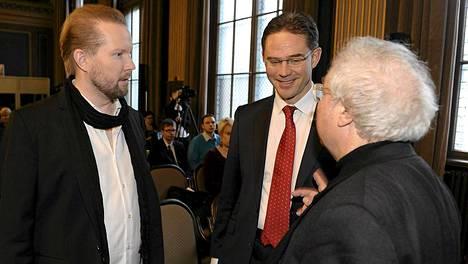 Professori Pekka Himanen, pääministeri Jyrki Katainen sekä professori Manuel Castells juttusilla ennen Himasen ja Castellsin johtaman Kestävän kasvun malli -tutkimushankkeen loppuraportin julkistusta