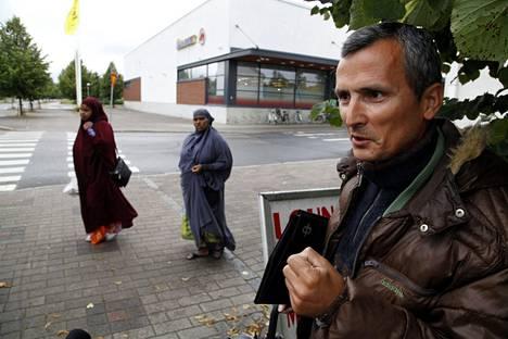 Kuvajournalisti Hamza Hatika joutui vaikeuksiin Albaniassa.–Te olette pieni kansa, mutta vahva. Näistä syistä päätin jäädä Suomeen, Hatika sanoo.