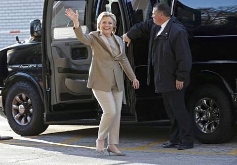 Hillary Clinton saapui New Yorkin Chappaquan Graffinin peruskoulun äänestyspisteelle.