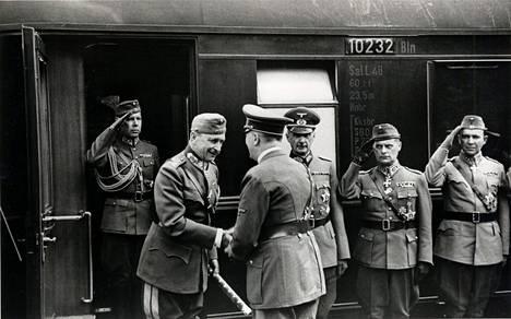Mannerheim Saksassa 28.6.1942 (tai 27.6.42). Kuvassa vas. adjutantti Ragnar Grönvall, Mannerheim, Hitler, kenraali Waldemar Erfurth, kenraaliluutnantti W. E. Tuompo ja kenraaliluutnantti Paavo Talvela.