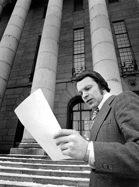 Ilkka Kanerva eduskuntatalon edustalla 16. tammikuuta 1976.